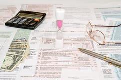 1040与笔,美元的报税表 免版税图库摄影