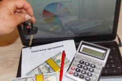 与笔,美元,在桌上的计算器的保险形式 汽车我 免版税库存照片