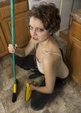 与笤帚的妇女清洁 免版税库存图片