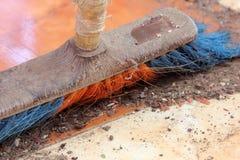 与笤帚的清洁地板 免版税库存照片