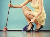 与笤帚的端庄的妇女详尽的地板 库存图片