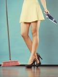 与笤帚的端庄的妇女详尽的地板 免版税图库摄影