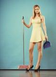 与笤帚的端庄的妇女详尽的地板 免版税库存图片