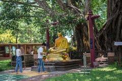与第一个bodhi树Wat Sri玛哈罐的访客薪水菩萨,泰国 免版税库存图片