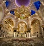 与第二大枝形吊灯的扎耶德Mosque回教族长内部在世界上 免版税库存照片