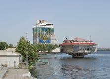 与第聂伯河,乌克兰的第聂伯罗彼得罗夫斯克都市风景 库存照片
