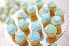 与第10的杯形蛋糕在他们 免版税库存照片