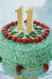 与第11的绿色蛋糕在桌上 免版税库存照片