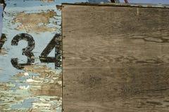 与第34的老被风化的木背景 库存照片