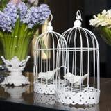与笼子,鸟,花的复活节装饰 免版税库存图片
