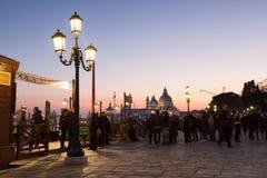 与等待在客户的平底船的船夫的日落,威尼斯,意大利 免版税库存照片