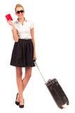 与等待带着手提箱的护照的Bussineswoman。 免版税库存照片