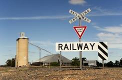 与筒仓的铁路交叉 免版税库存图片
