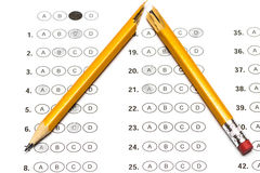 与答复和一支残破的铅笔的标准测试形式 库存图片