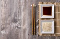 与筷子、米和酱油的亚洲桌 免版税库存照片