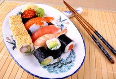 与筷子和红色鱼子酱的开胃寿司 免版税库存图片
