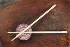 与筷子和葱的静物画 库存图片
