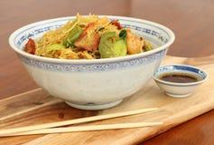 与筷子和调味汁的面条 免版税库存图片