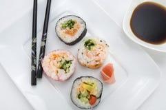 与筷子和酱油的日本寿司 库存图片