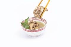 与筷子的中国肉汤 免版税图库摄影