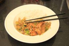 与筷子的亚洲食物 免版税库存照片