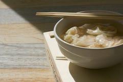 与筷子的新近地做的馄饨在白色碗顶部 免版税库存照片
