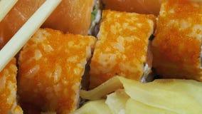与筷子的日本寿司劳斯转动 影视素材