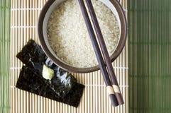 与筷子的日本米 免版税库存照片