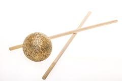 与筷子的金黄球 免版税库存图片
