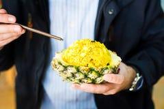 与筷子的食人的菠萝油炸物米 库存照片