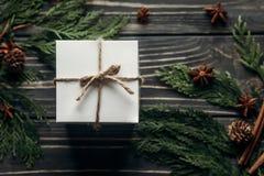 与简单的当前箱子和Th的圣诞节时髦的土气平的位置 图库摄影