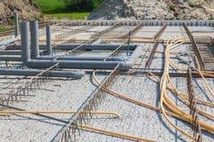 与管子的水泥地板在建造场所 图库摄影