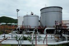 与管道的汽油箱在精炼厂在黎明 库存图片