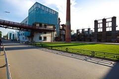 与管道老钢钢铁制品的空的路面地板  免版税库存照片