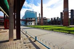 与管道老钢钢铁制品的空的路面地板  库存图片