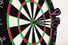 与箭头的目标箭在轻的背景,目标销售或者成功的企业概念 免版税库存图片