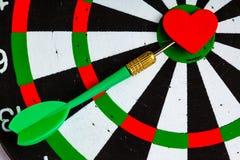 与箭的黑白色目标在心脏作为舷窗的爱标志 库存图片