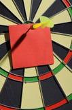 与箭箭头的红色纸笔记 免版税图库摄影