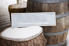 与箭头的木标志在树桩 免版税库存照片