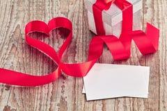 与箱子、信件和丝带的木背景卷曲了入心脏 库存图片