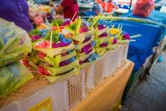 与箱子的一个市场由叶子制成,在花的安排里面在一张桌,在市登巴萨在印度尼西亚 免版税库存图片
