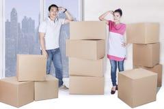 与箱子的美好的妻子和丈夫立场 库存图片