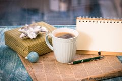 与箱子,杯子,一个蓝色球,笔记本的镭欢乐静物画 免版税库存图片