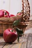 与篮子的开胃苹果 库存照片