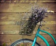 与篮子的葡萄酒bycicle用淡紫色 免版税库存图片