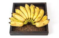 与篮子的野生香蕉有白色背景 库存照片