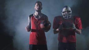 与篮球的多体育拼贴画,美式足球球员 与适合的运动员的概念性照片在黑暗中与 股票录像