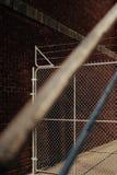 与篱芭的铁丝网 库存照片