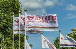 与米斯克拖拉机厂商标的白旗 免版税库存照片