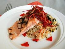 与米肉饭和烤南瓜的烤三文鱼 库存图片